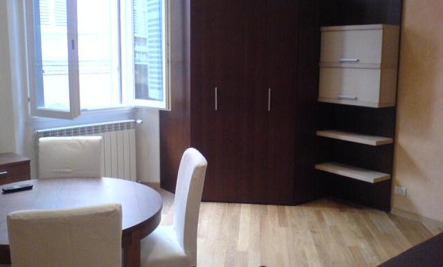 1 - soggiorno con armadio e divano letto