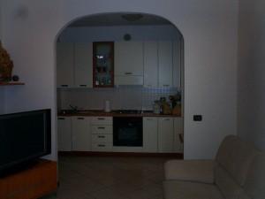 3- Ingresso su soggiorno con angolo cottura