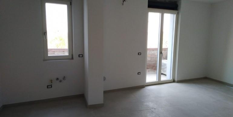 1- soggiorno con angolo cottura e balcone